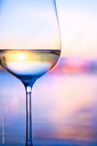 Plexiglas Wijn Art white wine on the summer sea background