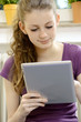 Schülerin arbeitet auf Tablet-PC