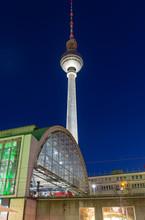Tour de télévision de Berlin dans la nuit