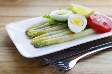 Asparagus and hardboiled egg, arugula, tomato