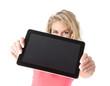 Frau zeigt digital tablet