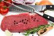 Rumpsteak mit Messer, Fleischgabel und Zutaten