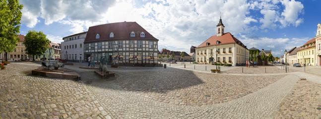 Marktplatz mit Rathaus in Angermünde als Panoramafoto