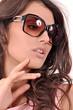 портрет красивой девушки в солнечных очках
