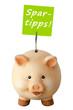Freundliches lachendes Sparschwein und Notizzettel: Spartipps