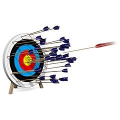 Ein Pfeil von vielen trifft die Zielscheibe in der Mitte