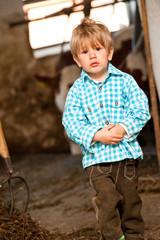 Kleiner Junge im Kuhstall