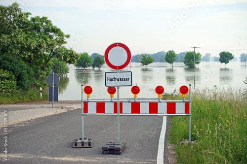 Leinwanddruck Bild gesperrte Strasse wegen Hochwasser