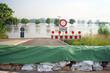 Hochwasserschutz mit Sandsäcken - 53269201