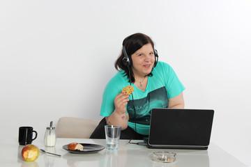 Frau vor dem Laptop