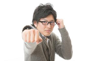 眼鏡を掛けた男性 パンチ