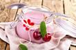 Quark im Glas mit Kirschen