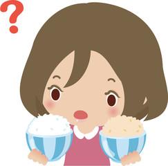 白米と玄米を比較する女性