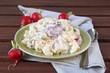 kartoffelsalat mit joghurtsauce und radieschen
