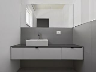 bagno moderno con grande specchio
