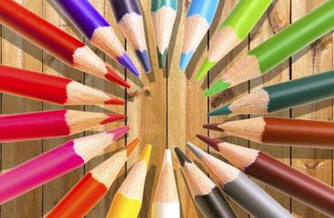 crayons de couleurs sur fond bois
