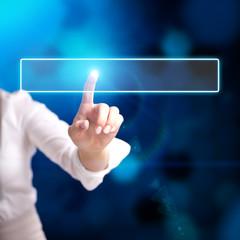 junge Frau drückt virtuellen Knopf