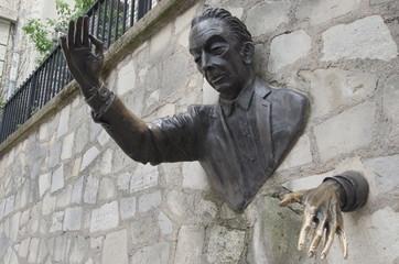 """""""Le Passe-Muraille"""" bronze sculpture, Montmartre, Paris"""