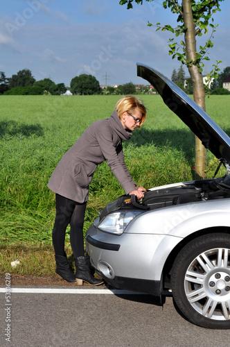 Hübsche Frau hat Autopanne
