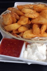potato wedges with sweet chili sauce and sour cream