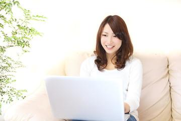 パソコンと若い女性
