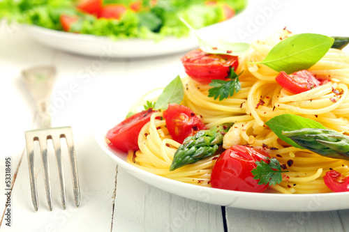 Coiled spaghetti with tomato and basil