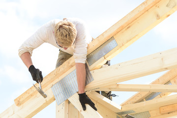 Bauarbeiter beim errichten eines Dachstuhls