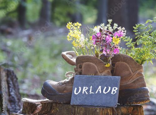 """Wanderschuhe mit Schild """"Urlaub"""""""