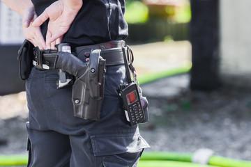 Polizist - Dienstwaffe und Funkgerät