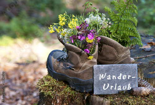 """Wanderschuhe mit Schild """"Wanderurlaub"""""""
