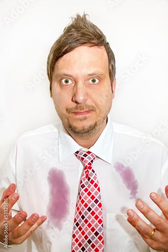 Mann mit Rotweinflecken auf dem Hemd