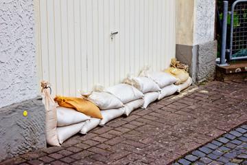 Vorkehrungen mit Sandsäcken - Überschwemmung