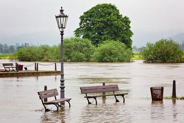 Sitzgelegenheiten am Flussufer - Überschwemmung