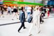 canvas print picture - Reisende am Bahnhof unterwegs