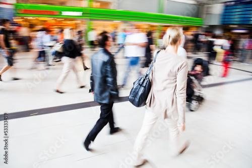 canvas print picture Reisende am Bahnhof unterwegs