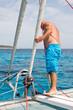 Segler prüft den Anker vom Segelboot