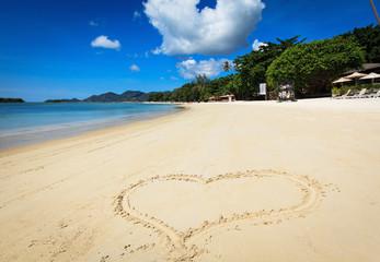 Сердце, нарисованное на песке