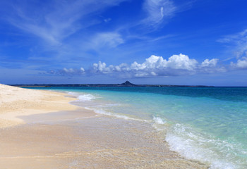 南国沖縄 打ち寄せる波と夏空