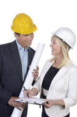 Architekt und Architektin bei Besprechung