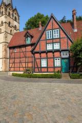 Kantorhaus mit Münsterkirche in Herford, Deutschland