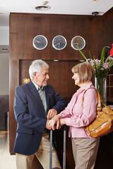 Zwei Senioren in Hotel an Rezeption