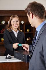 Geschäftsmann im Hotel an Rezeption