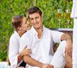 Paar im Urlaub am Pool mit Sekt