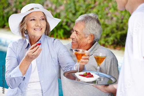 Senioren im Urlaub trinken Cocktails
