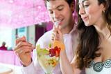 Naklejka Junges Paar in einem Cafe genießt die Freizeit