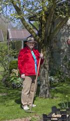 Rentnerin bei der Gartenarbeit