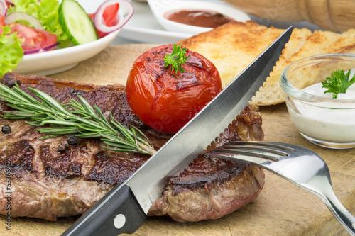 gebratenes Steak mit Grilltomate und Rosmarin