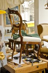 Alter Stuhl beim Restaurator wird gepolstert