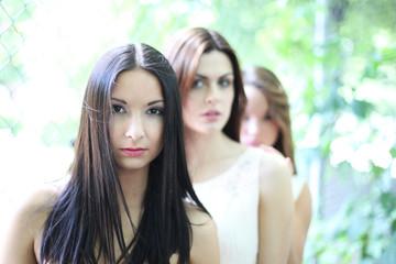 drei junge hübsche Frauen hintereinander