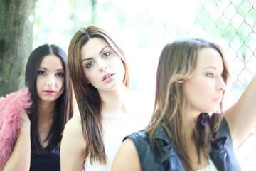 drei junge Mädchen hintereinander